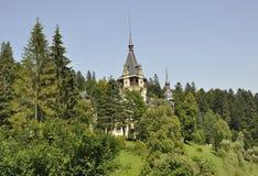 在森林的边缘的皇家Peles城堡从锡纳亚的在罗马尼亚 库存图片