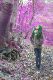 在森林站立的备选模型 免版税库存照片