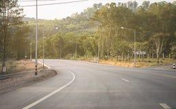 在森林背景附近的路高速公路 免版税库存图片
