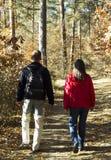 在森林足迹的夫妇 免版税库存照片