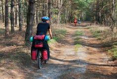 在森林足迹的骑自行车者实践的登山车 免版税库存图片