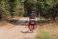 在森林足迹的骑自行车者实践的登山车 库存图片