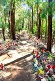 在森林道路的地精:Gnomesville,西澳州 图库摄影