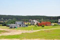 在森林郊区房屋建设建筑附近的修造的新房 库存图片