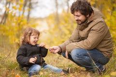 在森林里一起生和他的小女儿 免版税库存照片