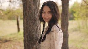 在森林里享受自然的愉快的妇女 走逗人喜爱的女孩户外 股票录像