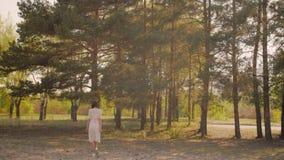 在森林里享受自然的愉快的妇女 走逗人喜爱的女孩户外 股票视频