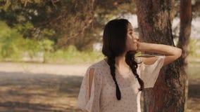 在森林里享受自然的愉快的妇女 走逗人喜爱的女孩户外 影视素材