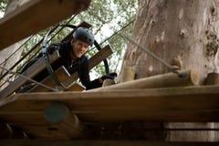 在森林里供以人员爬行通过推车的佩带的安全帽 图库摄影