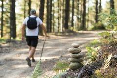 在森林里发信号登山家和远足者的路障 免版税库存图片