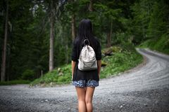 在森林里失去的美丽的女性游人 库存照片