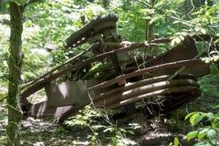 在森林里放弃的古色古香的抽油装置 库存图片