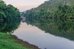 在森林里漂流漂浮在湖的房子 免版税库存图片