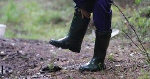在森林里男服湿起动 股票视频