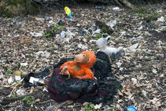 在森林里的被烧的垃圾 图库摄影