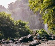 在森林里结合横渡在远足的一条小河 库存照片