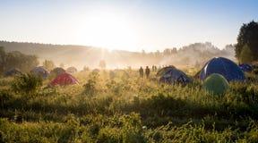 在森林阵营的旅游帐篷 免版税库存图片