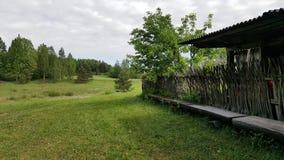 在森林附近的一个古老房子 免版税库存照片