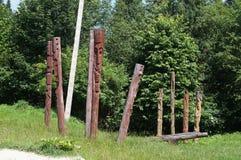 在森林附近的图腾柱 免版税图库摄影
