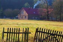 在森林附近的村庄 库存照片