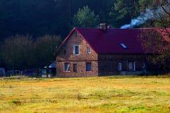 在森林附近的村庄 免版税库存照片