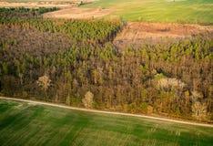 在森林附近的空中农场土地 库存图片