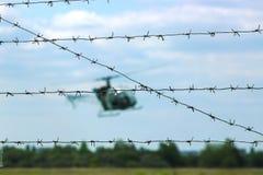 在森林附近的直升机飞行 免版税库存照片