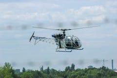 在森林附近的直升机飞行 免版税库存图片