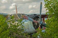 在森林驾驶舱视图的被放弃的老飞机废墟 图库摄影