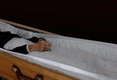 在棺材的尸体 免版税库存图片