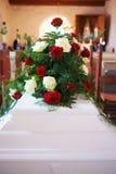 在棺材的花的布置 库存图片