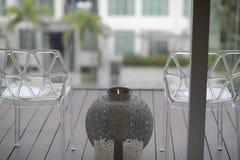 在椅子之间的蜡烛 图库摄影