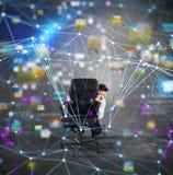 在椅子后的商人有对互联网技术的恐惧 免版税库存照片
