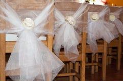 在椅子的婚礼装饰 免版税库存图片