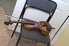 在椅子的小提琴 图库摄影