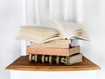 在椅子的旧书 免版税库存图片