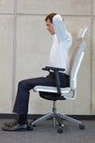 在椅子的瑜伽在办公室-商人行使 库存图片