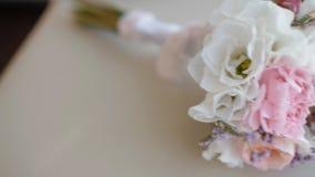 在椅子的美丽的婚礼花束 股票视频