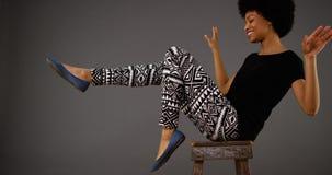 在椅子的黑人妇女跳舞 库存图片