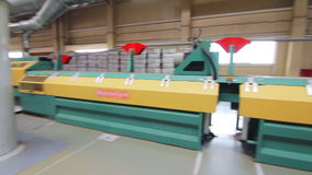 在植物的制造业线 运转在植物中的自动化的机器 股票视频