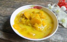 在椰奶的南瓜在木背景 泰国的点心 库存图片