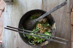 在椰子做的盘的泰国面条 图库摄影