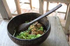 在椰子做的盘的泰国面条 免版税库存照片