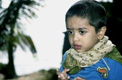 在椰子公园的男孩画象海滩的 库存照片