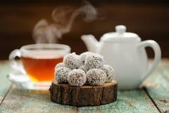 在椰子削片的自创素食主义者甜点服务与蒸h 库存图片