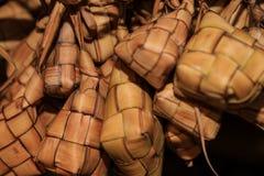 在椰子叶子的米套叫ketupat 库存照片