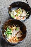 在椰子壳的泰国辣面条 库存图片