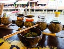 在椰子壳的泰国面条在浮动市场,泰国上 图库摄影