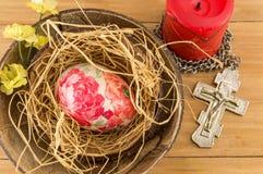 在椰子壳的装饰的复活节彩蛋 库存照片