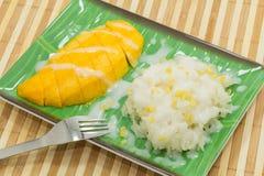 在椰子奶油的黏米饭用成熟芒果 免版税图库摄影